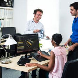 3 jeunes architectes dans un bureau lumineux regardent sur un écran d'ordinateur les nouveaux objets modélisés BIM de Siplast