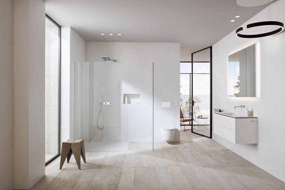 une salle de bains blanche, épurée et très lumineuse. Geberit One