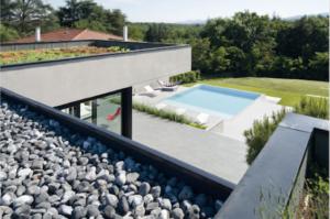 un joli toit terrasse avec au fond une piscine illustre la couverture du nouveau Batibook de Siplast