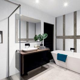 Ici un décor Mix and Match réussi : White Stone 30x60 cm - White Stone 60x120 cm - Cargo Wood 17x120 cm