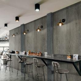 Les belles dimensions des nouveaux panneaux muraux GXWall+XXL permettent de créer des surfaces «all over» modernes et particulièrement faciles à nettoyer. Pour cet espace petit-déjeuner, c'est la finition Brown Oak qui a été choisie.