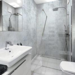 100 % étanche, hydrofuge, non poreux, antibactérien et imputrescible, GXWall+XXL est idéal pour décorer les murs de salles de bains et de salles d'eau y compris dans la zone de projection d'eau. Pour cette salle de bain d'hôtel, GXWall+XXL décor Bocca Stone.