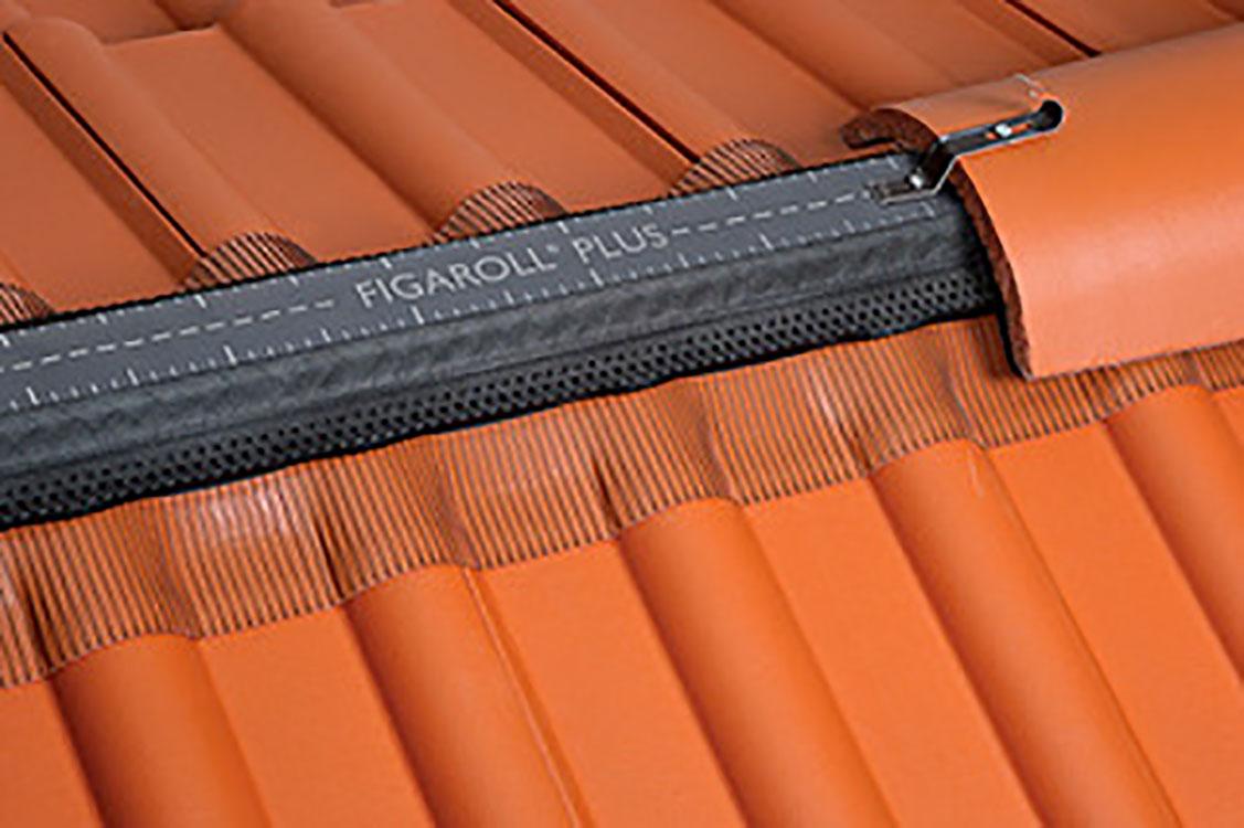 un cloisoir BMI Monier est disposé sur le faîtage d'une toiture en pente couverte de tuiles en terre cuite